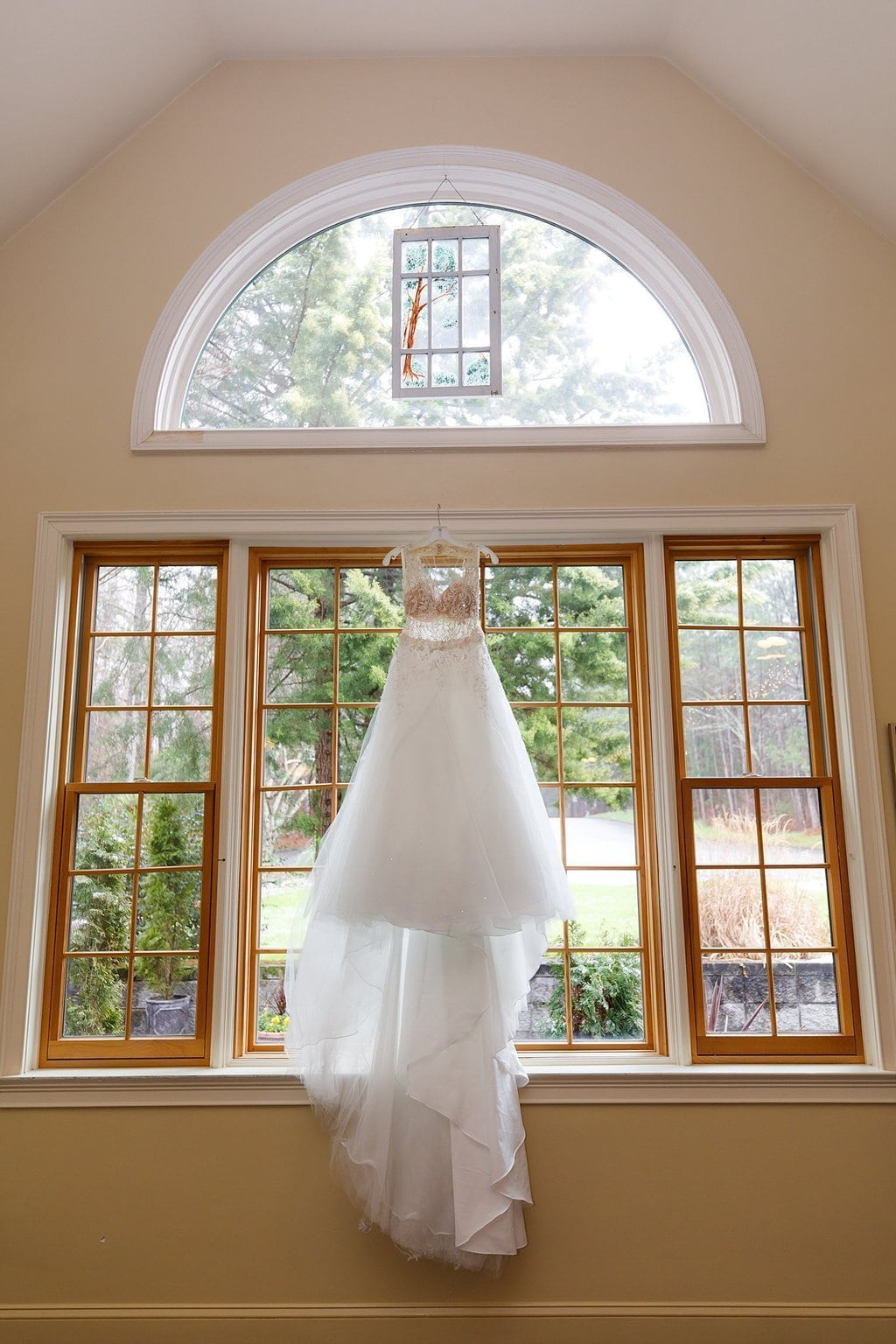 Hanging wedding gown Vecoma at the Yellow River